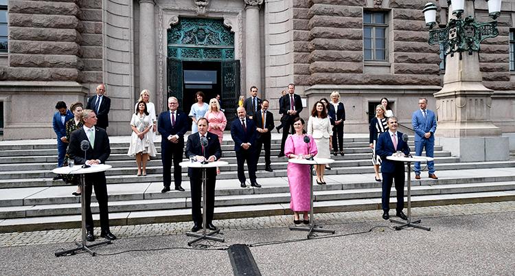 alla ministrar uppställda på en trappa utanför riksdagen.