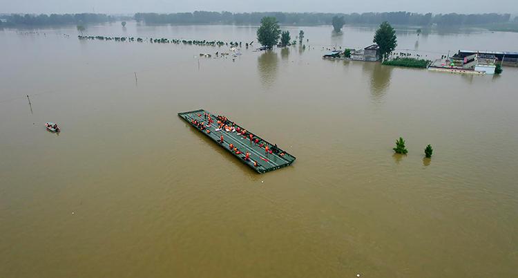 Bild på flotte i en översvämmad stad i Kina.
