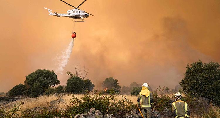 En helikopter släpper vatten från luften.