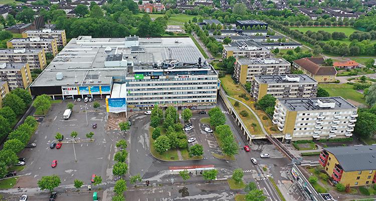 En bild på området Skäggetorp. Bilden är tagen från luften. Man ser ett köpcentrum och stora hus med lägenheter. Och träd och parker.