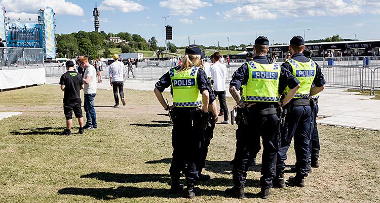Några poliser står på Gärdet i Stockholm. De håller koll på en festival. Bilden är från år 2015.