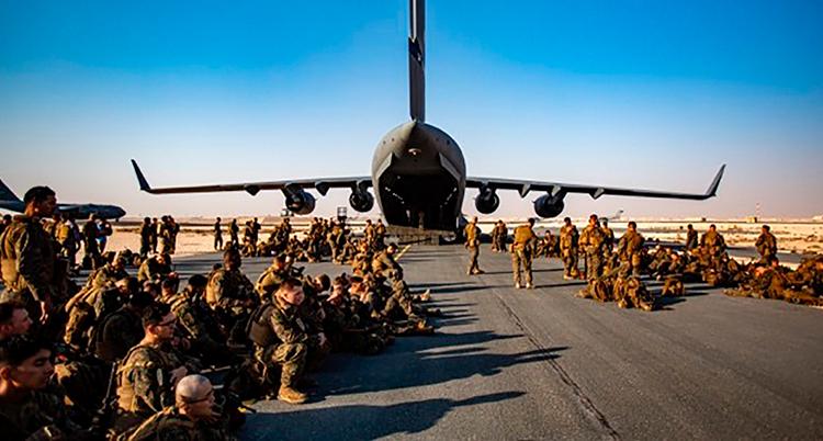 Militärer och ett flygplan på flygplatsen.