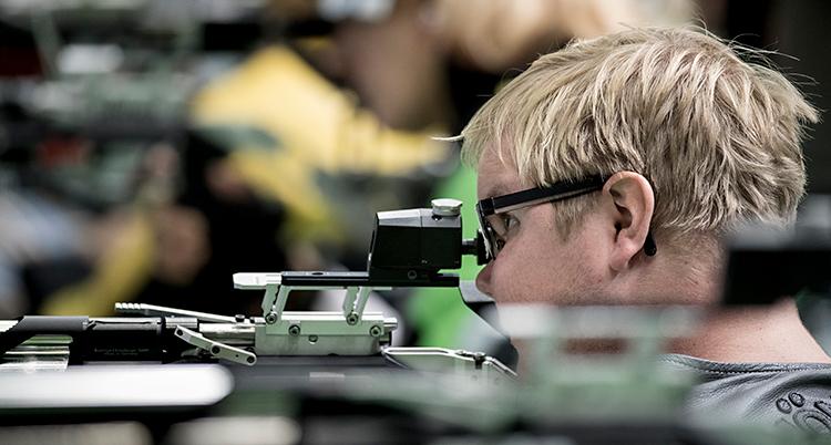 Från en tävling i skytte. En man med blont hår siktar för att skjuta med luftgevär.