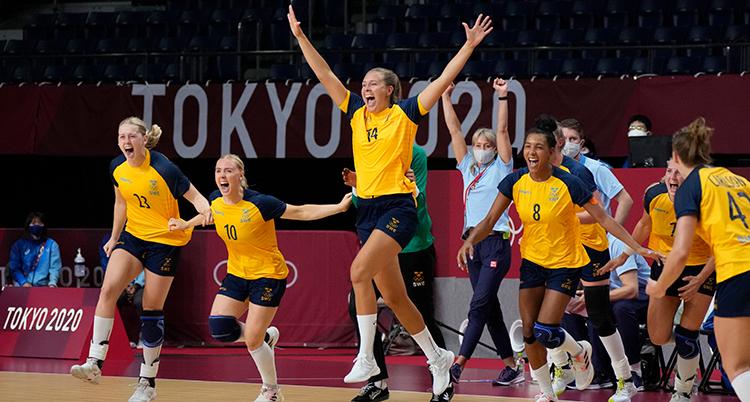 Sveriges spelar springer in på plan och skriker. En har armarna i luften.