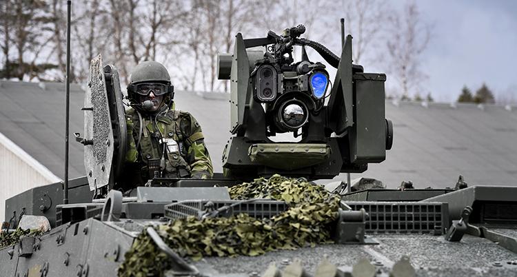 Bild på militär i stridsvagn.