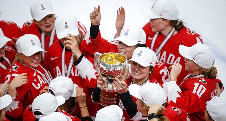 Kanada lyfter bucklan efter att de vunnit VM-finalen i ishockey för damer.