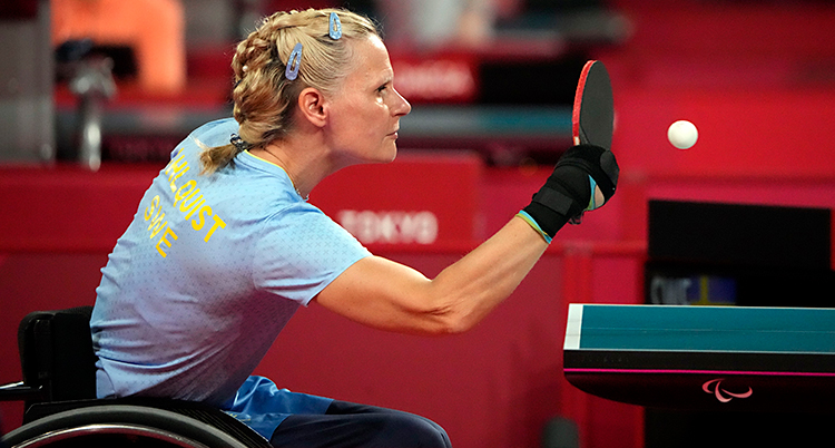 Från en match i bordtennis. Anna-Carin Ahlquist slår till bollen. Hon sitter i en rullstol.