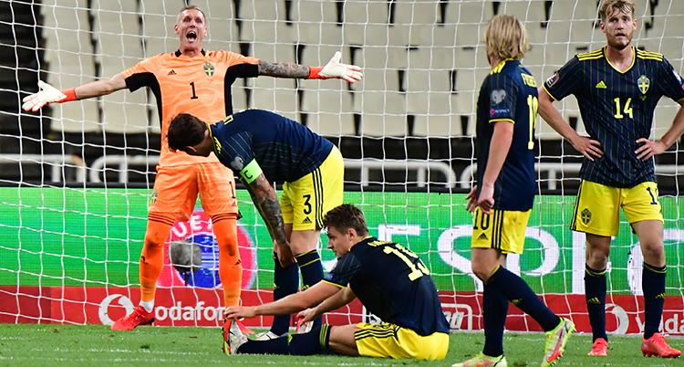 Robin Olsen skriker på sina lagkamrater i Sverige.