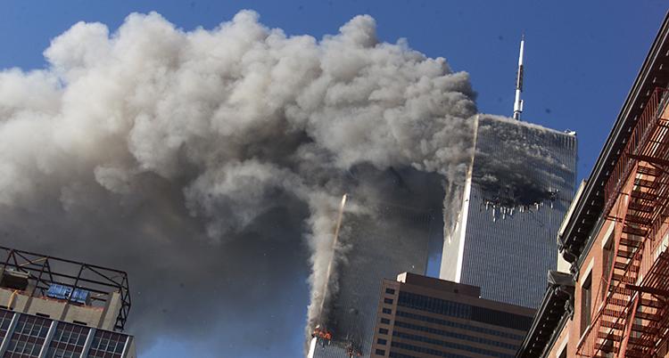 Det brinner i två höga hus. Det kommer rök från husen.
