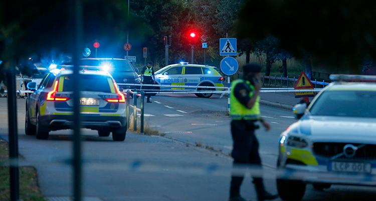 Poliser har spärrat av en gata.