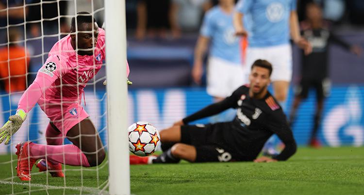 Malmös målvakt Ismael Diawara släpper in ett mål.