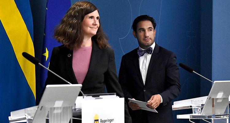 märta stenevi och ardalan shekarabi under presskonferensen.