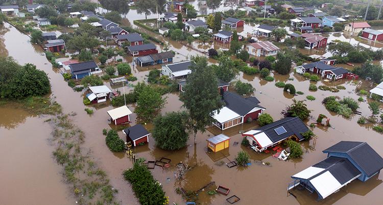 flygbild på ett översvämmat område med hus.