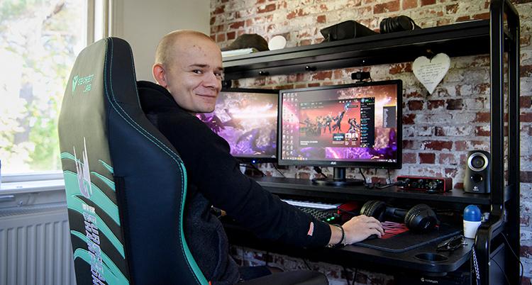 Erik Werkelin sitter framför sin dator.