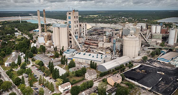 En bild som är tagen från luften och som visar en stor fabrik.