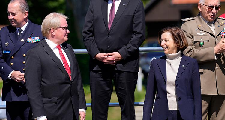 Hultqvist och franska ministern tittar på varandra.