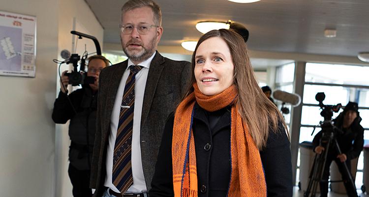 Hon är på väg för att rösta. Många fotografer följer henne med sina kameror.