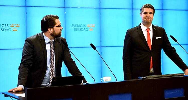 De står och pratar i varsin mikrofon.