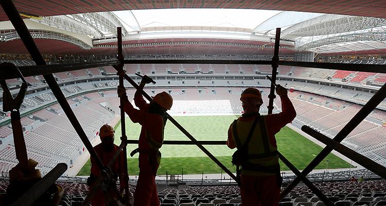 Arbetare jobbar med att bygga en arena i Qatar.