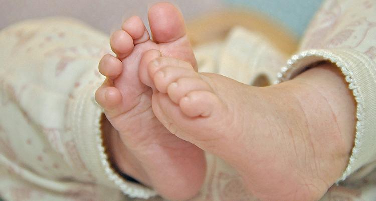 Fötterna på en bebis.