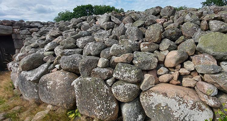 Många grå stenar i en hög.