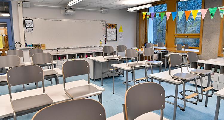 Ett klassrum med tomma stolar.