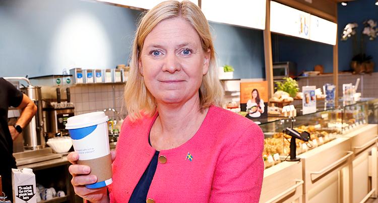 Andersson står med en mugg kaffe.
