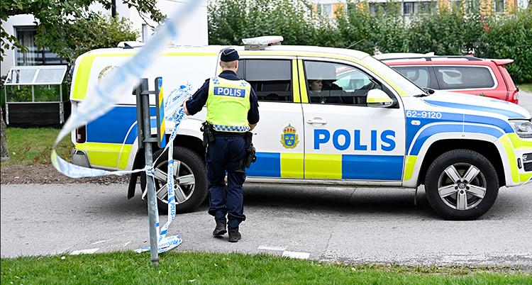 En polisbil och en polis syns. Platsen är avspärrad med tejp.