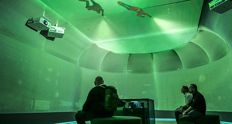 En sal med gröna väggar. Två dykare är i taket.