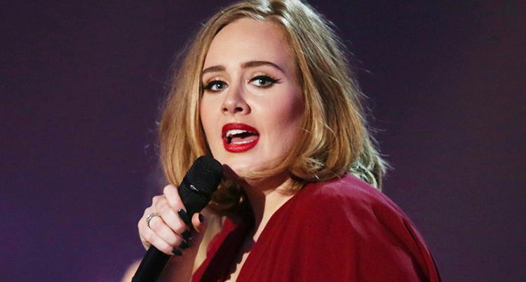 Adele med en mikrofon.