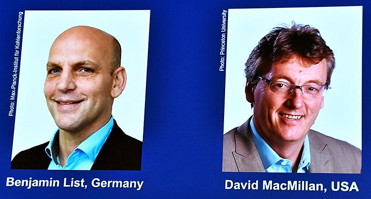 En stor skärm visar bilder på två män.