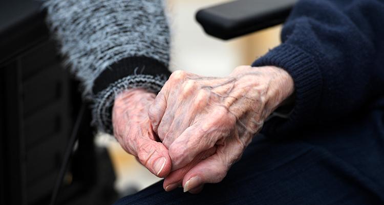 Två gamla människors händer.