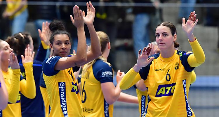 De svenska spelarna applåderar publiken efter en match.