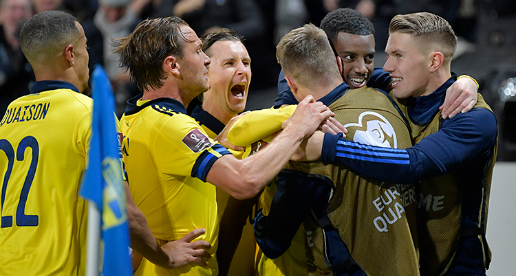 Från en match i fotboll. Flera svenska spelare kramas.