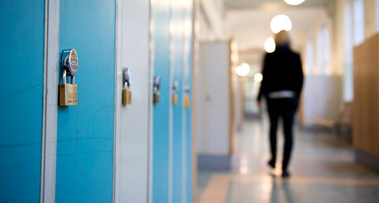 en korridor med fokus i bilden på elevskåp som står längs väggen.
