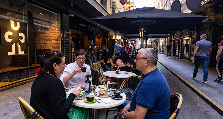 Människor fikar i staden Melbourne i Australien.
