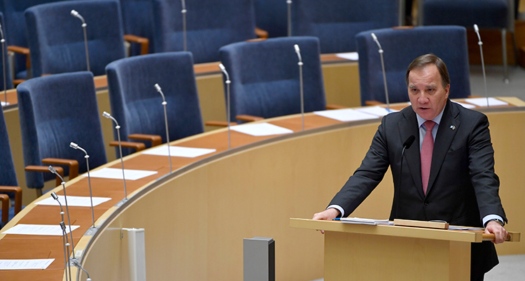 Sveriges statsminister Stefan Löfven pratar i riksdagen.