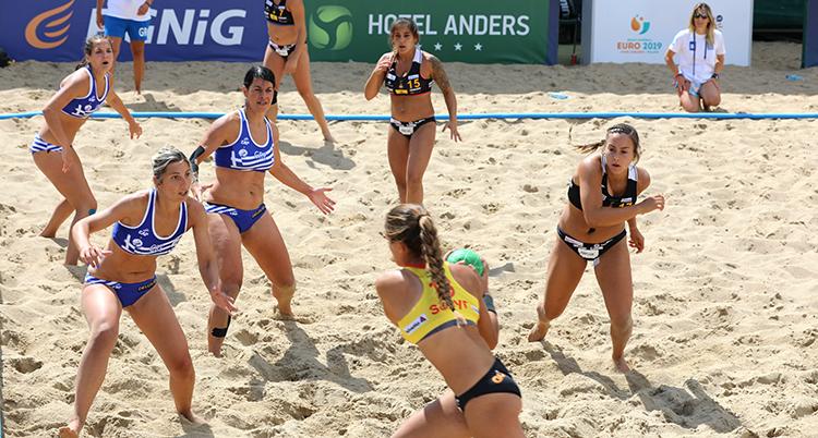 Greklands damer möter Spanien i sporten Beachhandboll.