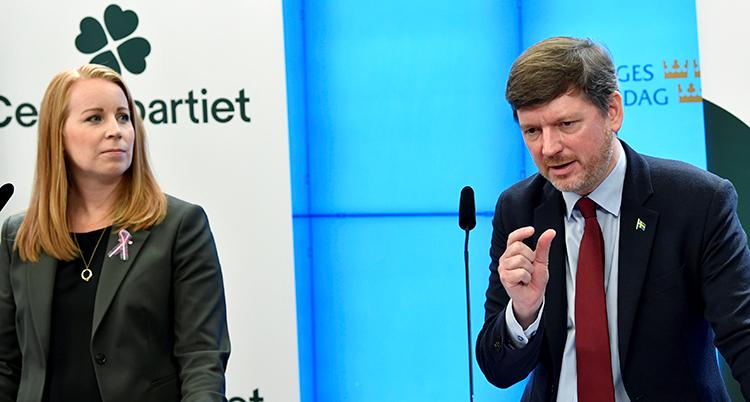 Lööf och Ådahl bredvid varandra. Han talar.