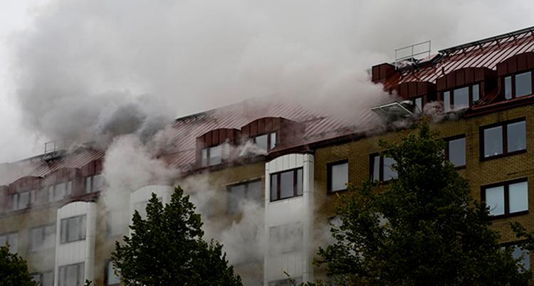 Ett stor hus. det kommer rök ur fönstren.