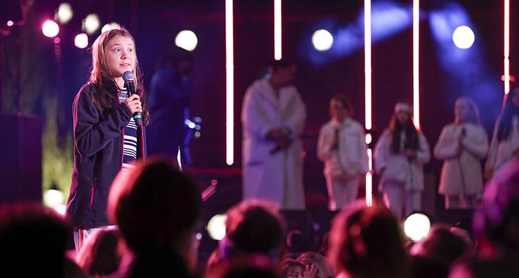 Greta talar på en scen.