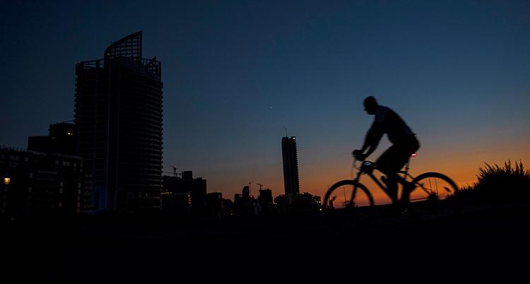 En svart skugga av en person på cykel syns.