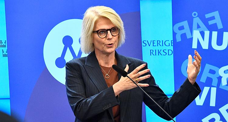 Svantesson pratar. Bakom henne är Moderaternas märke.