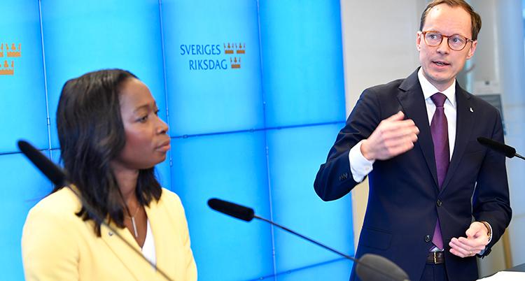 Sabuni och Persson bredvid varandra. Persson pratar.