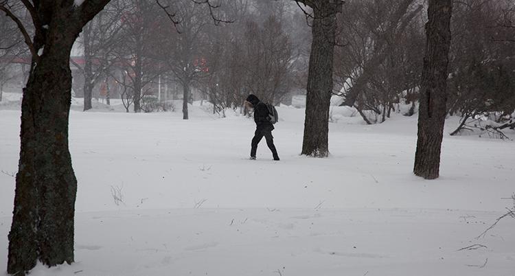 en man går i snö.
